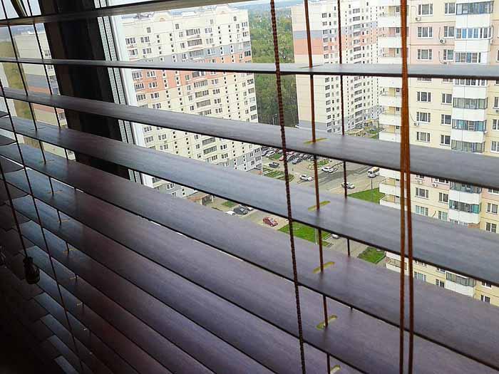http://decorgal.ru/img/blog/derevyannye-zhalyuzi-dlya-okon-v-gostinoy/derevyannye-zhalyuzi-dlya-okon-v-gostinoy-6.jpg