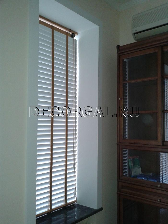 http://decorgal.ru/img/foto/derevyannye_jaluzi_1/Derevyannye_zhaluzi_belye_16.jpg