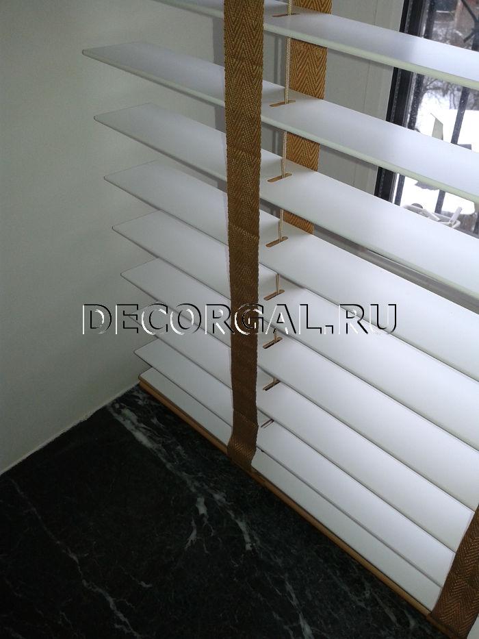 http://decorgal.ru/img/foto/derevyannye_jaluzi_1/Derevyannye_zhaluzi_belye_3.jpg