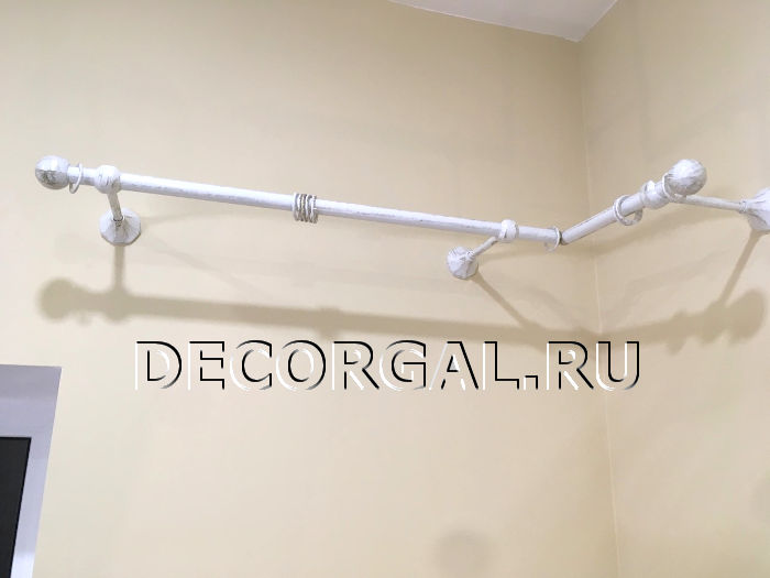 http://decorgal.ru/img/foto/krugliy-metallicheskiy-karniz-s-patinirovaniem/karniz-dlya-shtor-belyj-s-zolotom-4.jpg