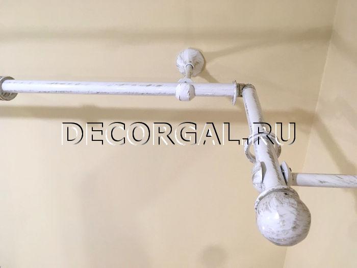 http://decorgal.ru/img/foto/krugliy-metallicheskiy-karniz-s-patinirovaniem/karniz-dlya-shtor-belyj-s-zolotom-7.jpg