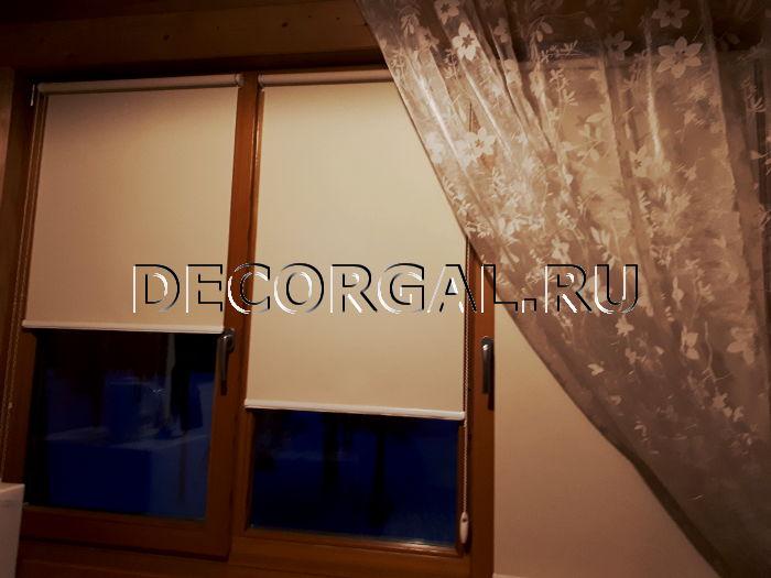rulonnye-shtory-mini-na-derevyannye-okna